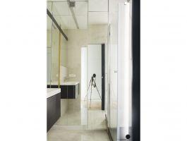 Lustrzane fronty zabudowy w łazience powodują, że wnętrze wydaje się większe. Projekt: Natalia Juszczyk. Fot. Xicorra