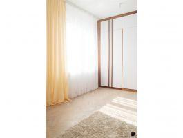 Ciepła kolorystyka wnętrza dobrze komponuje się z oryginalną deską podłogową. Projekt: Natalia Juszczyk. Fot. Xicorra