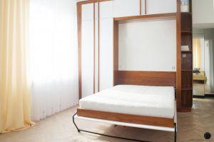 Problem wygodnego miejsca do spania w salonie projektantka rozwiązała ukrywając składane łóżko w zabudowie, wykonanej na wymiar. Projekt: Natalia Juszczyk. Fot. Xicorra