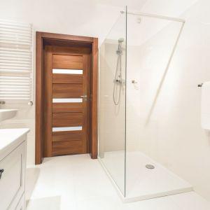 Biel w łazience zawsze prezentuje się bardzo elegancko. Fot. RuckZuck