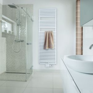Grzejnik Zehnder Ovida. Duże odległości między zestawami rur ułatwiają wieszanie ręczników i zapewniają większy komfort.  Dostępny w niemal wszystkich kolorach i powierzchniach z palety barw Zehnder.F ot. Zehnder