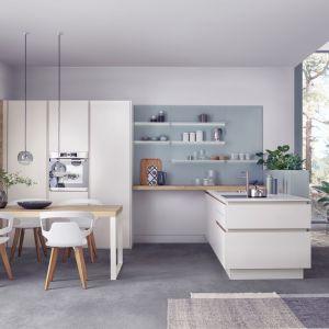 Półwysep w kuchni. Na zdjęciu: meble do kuchni dostępne w ofercie firmy Leicht. Fot. Leicht