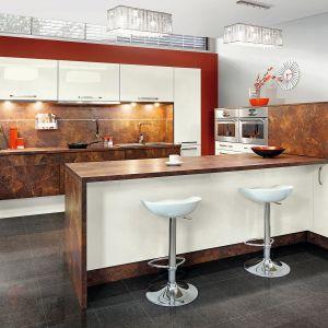 Półwysep w kuchni. Na zdjęciu: meble do kuchni dostępne w ofercie firmy Kam. Fot. Kam