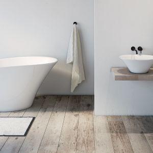 Wanna wolnostojąca i umywalka nablatowa z kolekcji Sofi. Fot. Marmorin Design