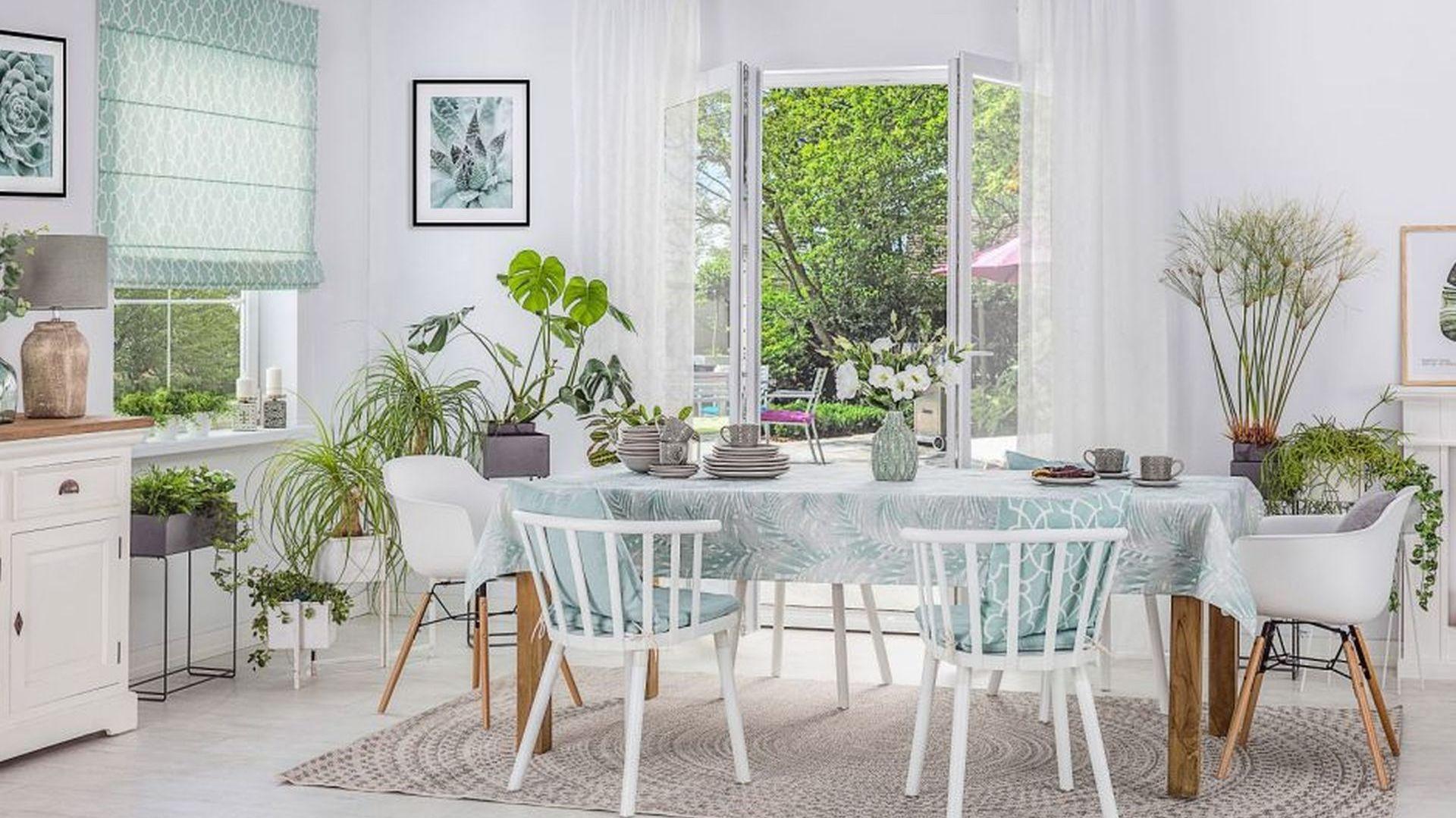 Kolor świeżej mięty sprawdzi się zwłaszcza w jadalniach i kuchniach, w których dominuje biel – to klasyczne połączenie nada pomieszczeniom lekkości. Fot. Dekoria.pl