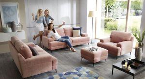 Salon z dwiema sofami i fotelem - to rozwiązanie coraz częściej zastępuje popularny narożnik czy klasyczną kanapę z fotelem. Co sprawia, że zestawy wypoczynkowe typu 3+2+1 cieszą się zainteresowaniem?