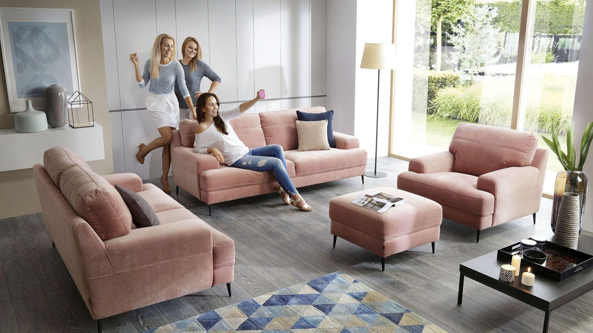 Salon z dwiema sofami i fotelem - to rozwiązanie coraz częściej zastępuje popularny narożnik czy klasyczną kanapę z fotelem. Fot. Gala Collezione