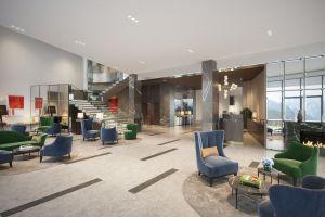 Miękkie, komfortowe meble, sofy i fotele w welwetowych obiciach, które stanęły w hotelowym lobby mają kolory szlachetnych kamieni, z których Góry Izerskie słyną. Projekt i wizualizacje: Katarzyna Kraszewska