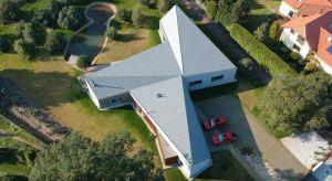 Realizacja o nazwie Fan-cy-House znajduje się na jednym z łódzkich osiedli domów jednorodzinnych. Założeniem projektu było stworzenie awangardowego domu parterowego, wyróżniającego się nowatorskimi rozwiązaniami konstrukcyjnymi i nieszablonow�