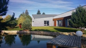 Ze względu na skomplikowaną bryłę domu postawiono na nietypowe rozwiązania konstrukcyjne, takie jak m.in. wielkoformatowe prefabrykaty keramzytobetonowe. Każda ściana została dostarczona na budowę jako gotowy element z zintegrowanym zbrojeniem, przygotowanymi otworami oraz rozprowadzeniem instalacji elektrycznej. Projekt i zdjęcie: 3DPROJEKT architektura