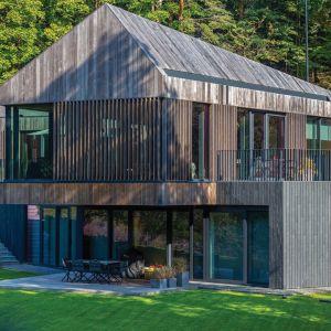 Valley Villa położona jest na terenie parku regionalnego, dlatego projekt architektoniczny musiał powstać zgodnie z restrykcyjnymi przepisami budowlanymi dla miejsc objętych ochroną przyrody. Projekt: Arūnas Liola, pracownia Arches. Fot. Evaldas Lasys