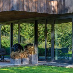 Połączenie drewna i szkła w różnych formach pozwoliło uzyskać niezwykłe wrażenie lekkości,  a minimalistyczna fasada urzeka swoją prostotą. Projekt: Arūnas Liola, pracownia Arches. Fot. Evaldas Lasys