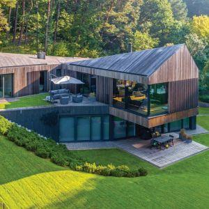 Dom położony jest na dawnej farmie w niewielkiej miejscowości nieopodal Wilna na Litwie. Projekt wtapia się w przyrodę,  nie zaburzając jej naturalnego piękna. Projekt: Arūnas Liola, pracownia Arches. Fot. Evaldas Lasys