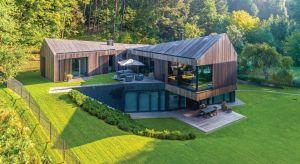 Zbudowany na wzgórzu nieopodal Wilna na Litwie dom sprawia wrażenie, jakby był zawieszony nad doliną. Jego mieszkańcy mogą na co dzień podziwiać niezwykłe widoki przez duże okna otwierające fasadę na przestrzeń.