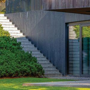 Ten wyjątkowy dom o powierzchni 415 m kw., to połączenie nowoczesnego stylu z tradycją. Projekt: Arūnas Liola, pracownia Arches. Fot. Evaldas Lasys
