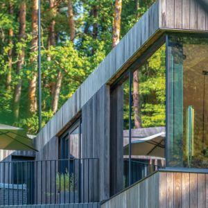 Pracownia architektoniczna Arches chciała scalić wnętrze z zewnętrzem, dlatego wszystkie główne pomieszczenia mają bezpośrednie przejścia na zewnętrzne tarasy. Projekt: Arūnas Liola, pracownia Arches. Fot. Evaldas Lasys