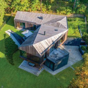 Założeniem architektów było stworzenie domu niskoenergetycznego, w związku z tym konieczne było zastosowanie materiałów o wysokich parametrach izolacyjności termicznej. Projekt: Arūnas Liola, pracownia Arches. Fot. Evaldas Lasys