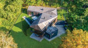 Valley Villa położona jest na terenie parku regionalnego, nieopodal Wilna na Litwie. Projekt architektoniczny musiał powstać zgodnie z restrykcyjnymi przepisami budowlanymi dla miejsc objętych ochroną przyrody. Stąd pomysł na wykorzystanie natural