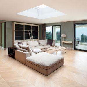 Sposób ułożenia jodełki w pomieszczeniu będzie miał duże znaczenie. Można ją położyć wzdłuż pomieszczenia, dodając wnętrzu przestronności lub w poprzek – wtedy wnętrze optycznie się zmniejszy. Fot. Lareco