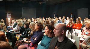 28 lutego w Toruniu ponad 100 uczestników – architektów i projektantów wnętrz – miało okazję zapoznać się z nowościami wzorniczymi i produktowymi, wysłuchać interesujących prezentacji o trendach wzorniczych w urządzaniu wnętrz oraz wzią