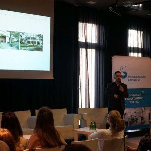 Zwieńczeniem spotkania był interesujący wykład architekta Grzegorza Goworka, założyciela pracowni Studio O. organic design. Mówił o swej idei projektowania holistycznego: całościowym traktowaniu otoczenia, bryły budynku i wnętrza.