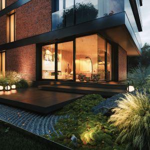 Pomimo dużej ilości szklanych elementów, budynek daje domownikom dużo swobody i intymności. Dodatkowy wpływ na to ma także znajdujące się od strony ogrodu patio, które zapewnia dodatkowy komfort akustyczny mieszkań, dzięki czemu nie będą miały one wspólnej ściany. Projekt i wizualizacje: 81.WAW.PL