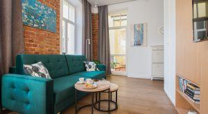 Mieszkanie w przedwojennej, zrewitalizowanej kamienicy na warszawskiej Pradze to unikalne, zaprojektowane przez architekta, studio z antresolą, łączące w sobie nowoczesną funkcjonalność i niezwykłą historię.