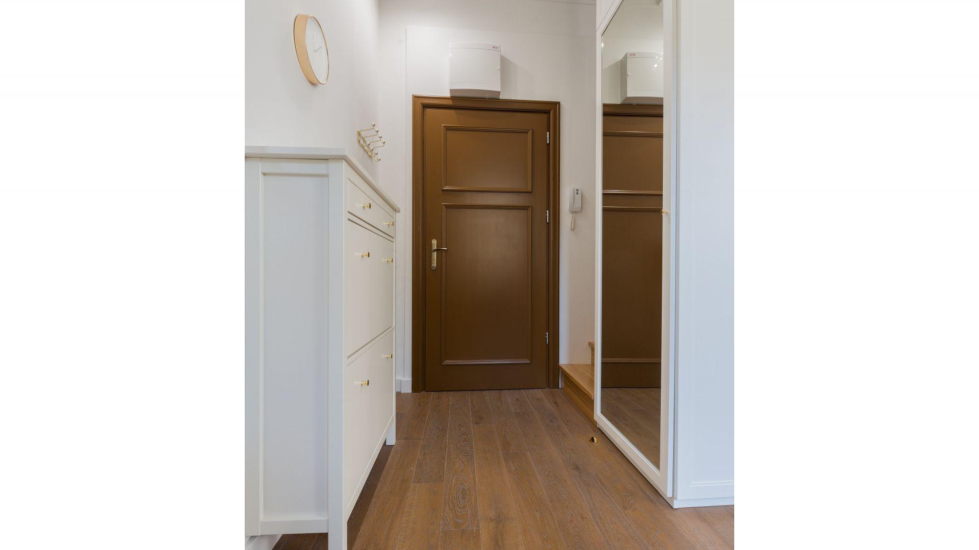 Mieszkanie w przedwojennej, zrewitalizowanej kamienicy na warszawskiej Pradze to unikalne, zaprojektowane przez architekta, studio z antresolą, łączące w sobie nowoczesną funkcjonalność i niezwykłą historię. Fot. Paweł Martyniuk