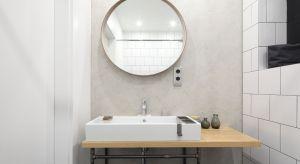 Lustro to praktyczny element wyposażenia każdej łazienki. Przydaje się podczas różnych czynności pielęgnacyjnych i trudno wyobrazić sobie bez niego codzienność. Może być też wspaniałą dekoracją wnętrza.