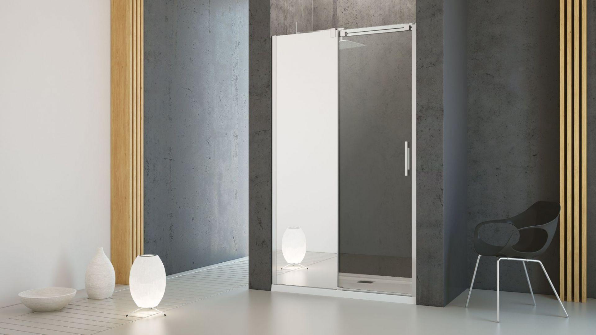 Ciekawym rozwiązaniem jest też wykorzystanie lustra w formie drzwi kabiny prysznicowej. Fot. Radaway