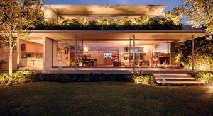 Casa Caucasco to dom architekta José Juana Rivera Río położonyw willowej części Mexico City. Bryła budynku wznosi się metr nad poziomem gruntu. Dzięki temu mieszkańcy mogą cieszyć oczy widokiem na góry oraz usytuowane u podnóża miasto.