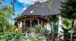 Kamień i drewno nieodzownie kojarzą się z tradycyjną architekturą. Zwracają uwagę swoją unikalną estetyką, wrażeniem naturalności. Nic więc dziwnego, że powracają w projektach nowoczesnych domów drewnianych lub nawiązujących do stylu zak
