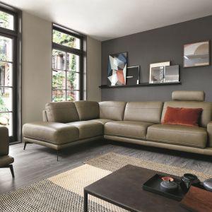 Nowoczesny narożnik Merano ma wysokie smukłe nóżki z czarnego metalu, tapicerowaną ramę, gładkie siedziska Wysuwane siedzisko sterowane elektrycznie. Fot. Gala Collezione