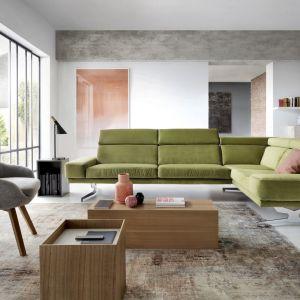 Prosta forma narożnika Albano pięknie ożywi wnętrze, za sprawą oliwkowej tapicerki. Fot. Gala Collezione