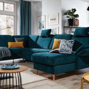 Funkcjonalna i elegancka sofa narożna  Sori  z pojemnikiem i funkcją spania. Wygodne oparcia, wzbogacone o zagłówek oraz ruchomy boczek gwarantują wygodę. Fot. Stagra Meble