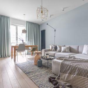 65-metrowe mieszkanie wypełnia skandynawska stylistyka ożywiona morską zielenią. Projekt: Alina Fabirowska. Fot. Pion Poziom Fotografia Wnętrz