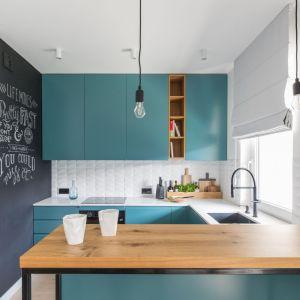Klasyczną kombinację barw przełamuje obecność morskiej zieleni, której dominium jest kuchnia. Projekt: Alina Fabirowska. Fot. Pion Poziom Fotografia Wnętrz