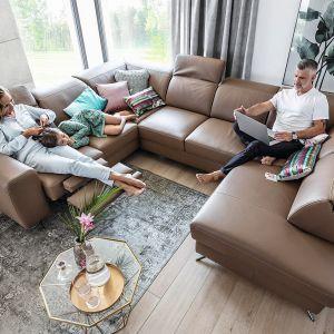 Narożnik Mocca posiada regulowane zagłówki, funkcję relaks oraz funkcję spania i pojemnik. Fot. Wajnert Meble