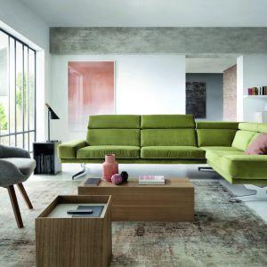 Narożnik Albano zaprojektowany w stylu loftowego minimalizmu. Cechą charakterystyczną mebla są gładkie siedziska i oparcia, szerokie, platformowe nogi w stylu industrialnym, szerokie podłokietniki o kubistycznym kształcie oraz tapicerowana rama. Fot. Gala Collezione
