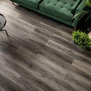 Winylowe podłogi Vitter mają strukturę naturalnego drewna, są odporne na wodę i łatwe w utrzymaniu czystości; sprawdzą się w salonie, przedpokoju, kuchni, a nawet łazience. Fot. Vox