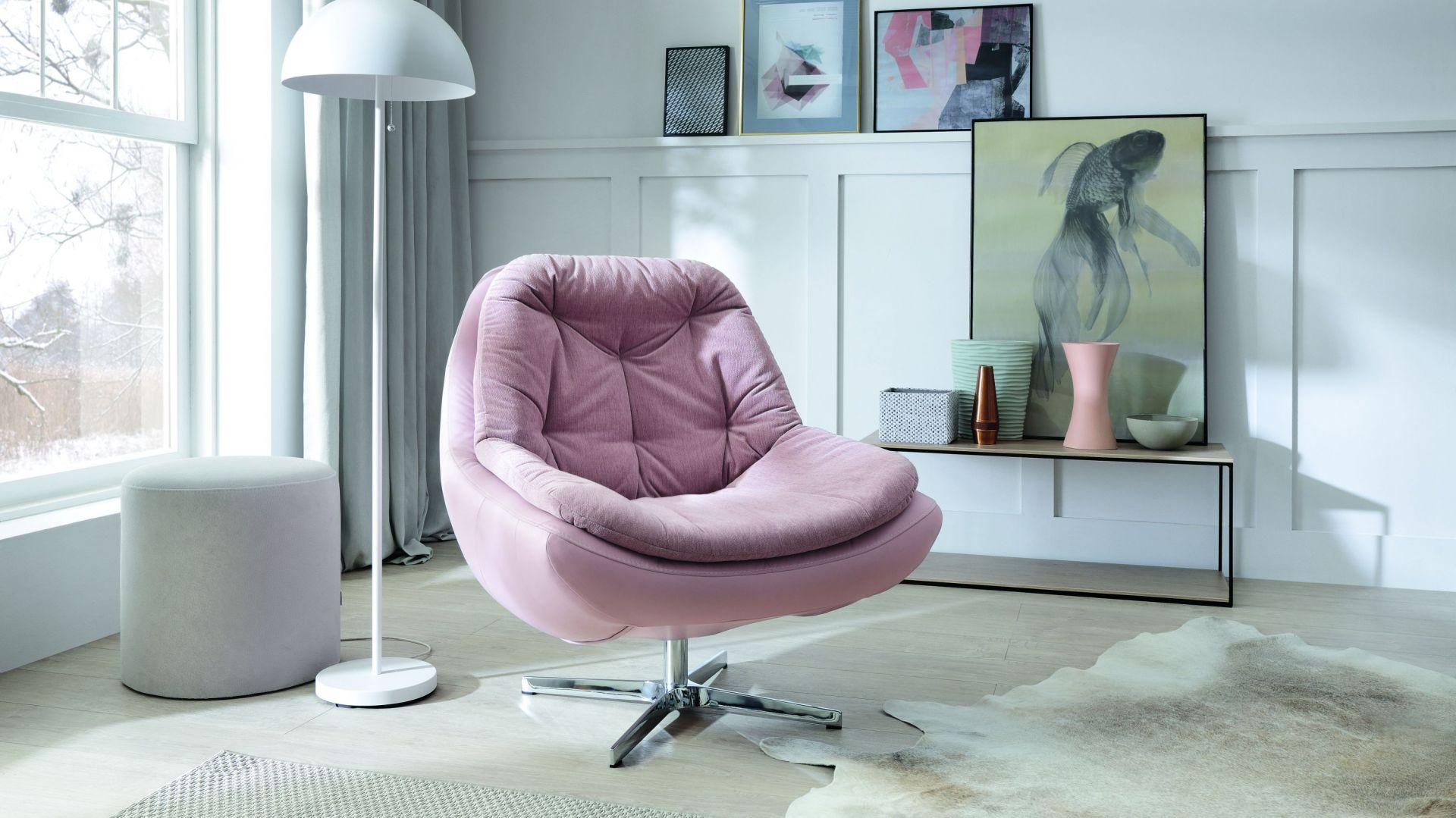 Fotel Dim marki Gala Collezione, wyściełany miękką kołderką uprzyjemniającą wypoczynek. Fot. Gala Collezione