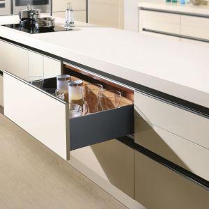 """System szuflad """"SB Slim Box"""" firmy Amix dostępny jest w pięciu wysokościach: oraz siedmiu długościach boków, dzięki czemu bez trudu można stworzyć szufladę zgodną z naszymi potrzebami i upodobaniami. Fot. Amix"""