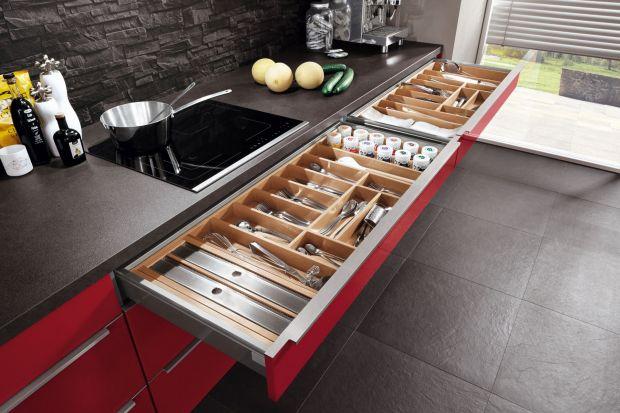 Nowoczesne systemy szuflad to coraz powszechniejszy sposób na zagospodarowanie dolnych szafek w kuchni. Umożliwiają przechowywanie nie tylko sztućców i drobnych akcesoriów, ale także garnków, naczyń czy sprzętu agd.