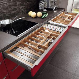 Niepodważalnym atutem nowoczesnych szuflad, stanowiącym o ich przewadze nad tradycyjnymi szafkami, jest system pełnego wysuwu. Fot. Verle Kuchen