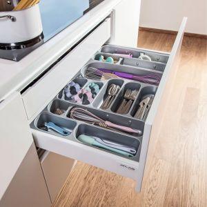 Organizację wnętrza szuflady ułatwiają wytłoczki na sztućce, oferowane w różnych kolorach i strukturach, wykonane z tworzywa lub drewna. Fot. Peka