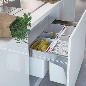 Wstawiając do głębokiej szuflady pod zlewozmywakiem pojemniki na odpady, w łatwy sposób można ją przekształcić w miejsce ułatwiające segregację śmieci. Fot. Rejs