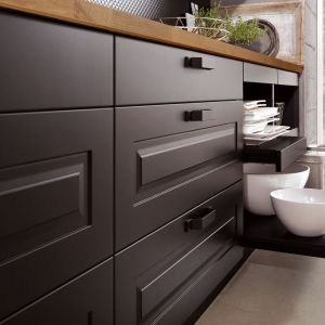 Nowoczesne systemy szuflad to coraz powszechniejszy sposób na zagospodarowanie dolnych szafek w kuchni. Umożliwiają przechowywanie nie tylko sztućców i drobnych akcesoriów, ale także garnków, naczyń czy sprzętu agd. Fot. Verle Kuchen