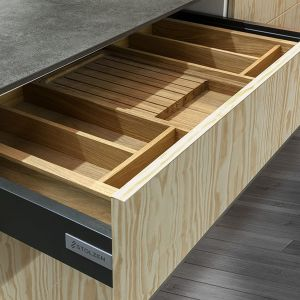 Nowoczesne organizery do szuflad charakteryzuje nie tylko przemyślany, wygodny układ, dzięki któremu każda rzecz znajdzie swoje miejsce, ale także ciekawy design, umożliwiający dopasowanie do wystroju kuchni. Fot. Stolzen