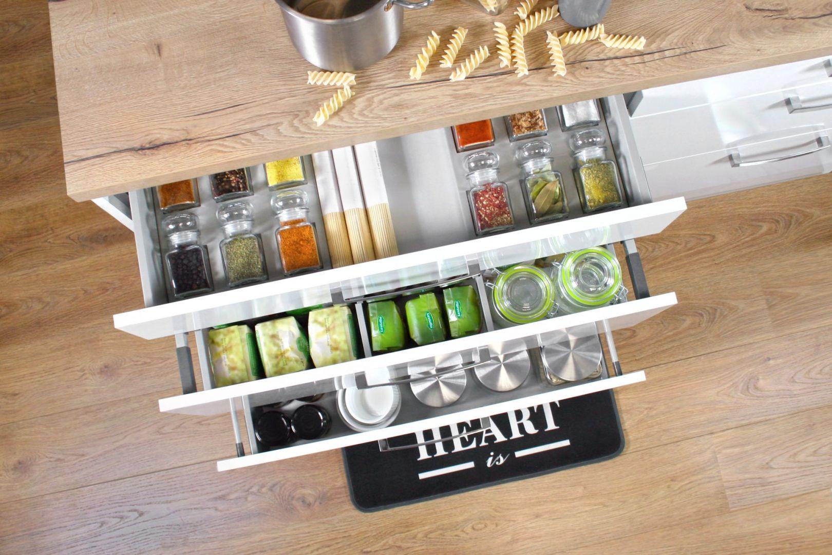 Nowoczesne systemy szuflad to coraz powszechniejszy sposób na zagospodarowanie dolnych szafek w kuchni. Fot. Rejs