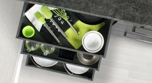 Koniec zimy zbliża się wielkimi krokami. Pora na sprzątanie! Porządki opłaca się zrobić również w zakamarkach kuchennych szafek. Warto przy tym pamiętać, że dużo łatwiej wprowadzić i utrzymać w nich ład, gdy wykorzystujemy funkcjonalne ak